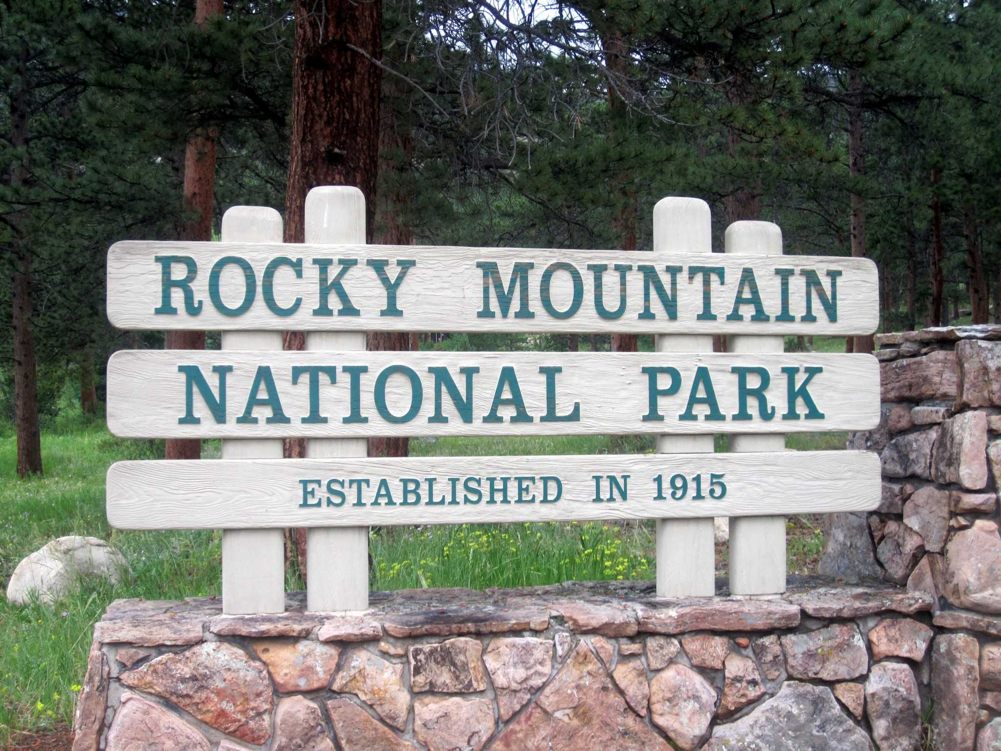 Rocky_Mountain_National_Park_entrance_sign_IMG_5252